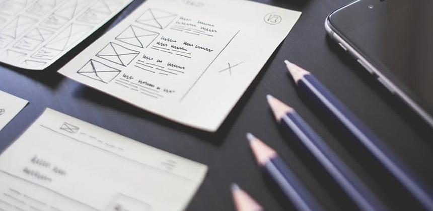 Mesa con lápices y hojas formación QTI