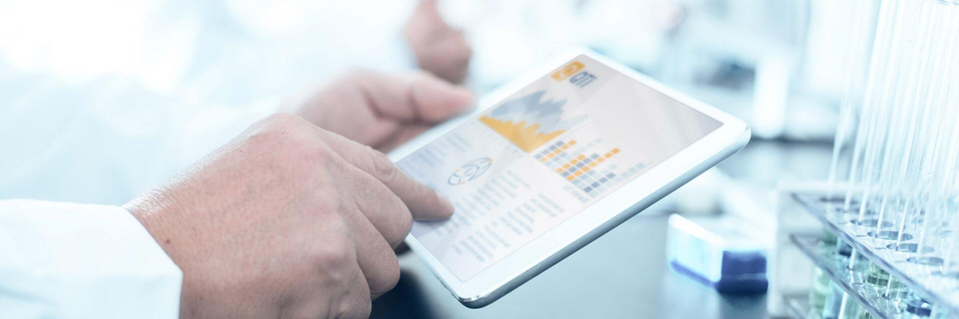 tablet con estadísticas de QTI cualificaciones